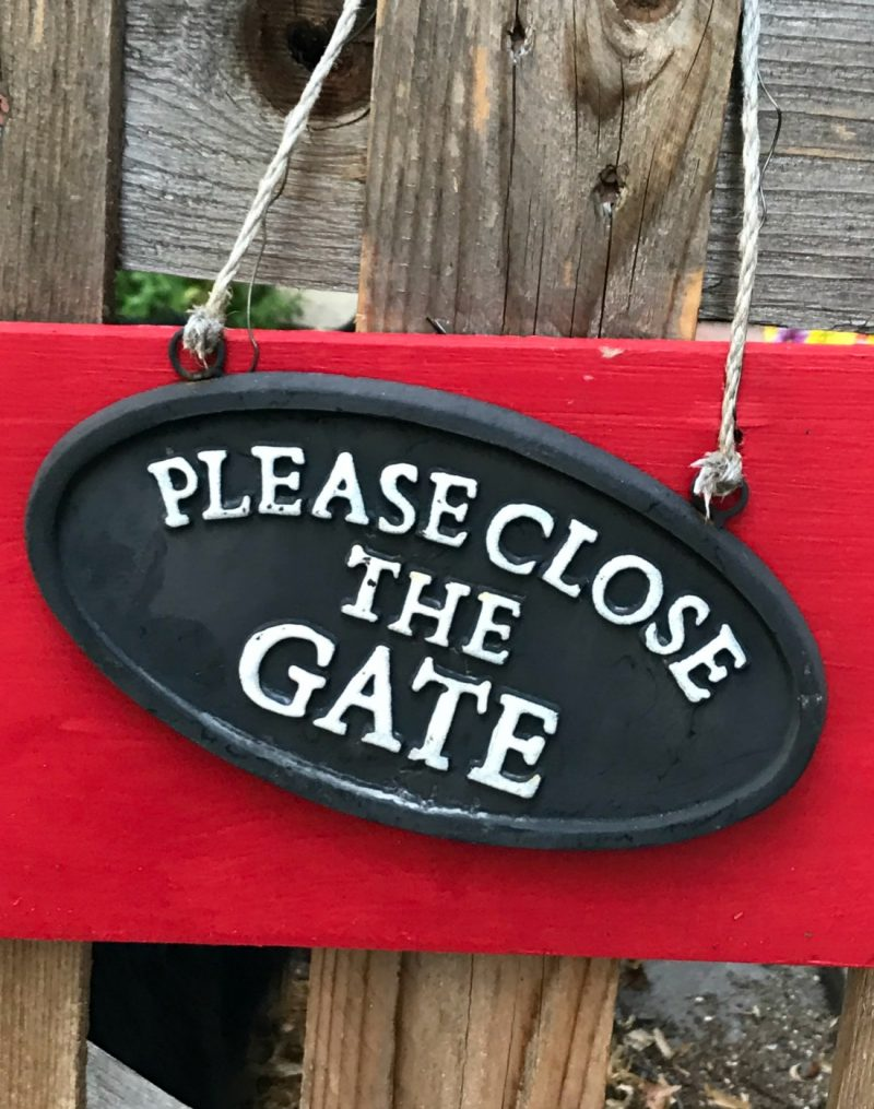 Simple Ways to Decorate a Gate