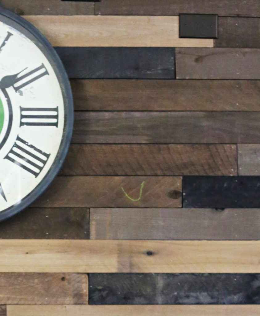 How-to-create-feature-wall-with-reclaimed-Wood-planks